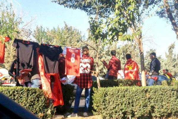 بساط دست فروشان پهن شد، طرفداران پرسپولیس در اطراف استادیوم