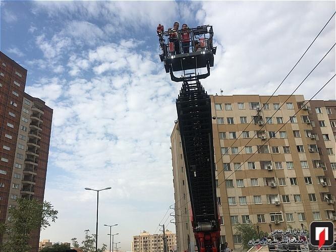 تصاویر ، عملیات نجات 100 نفر از ساکنان یک مجتمع مسکونی پایتخت از میان آتش و دود