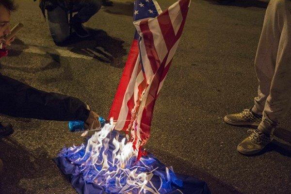 معترضان پرچم آمریکا را در مقابل کاخ سفید آتش زدند