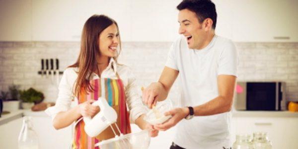 یاری کردن مردان در کارهای خانه
